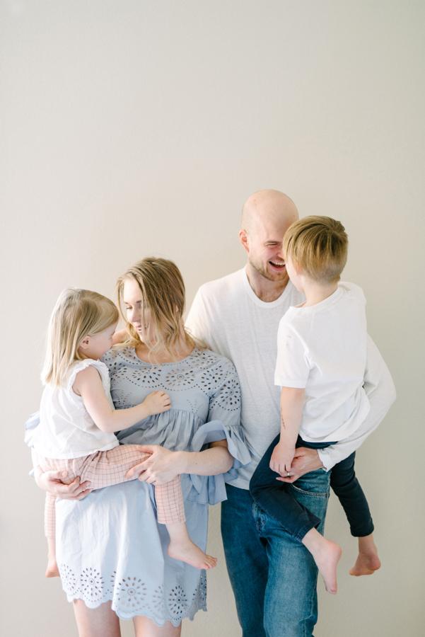 At home maternity shoot, odotusajankuvaus, perhekuvaus (17).jpg