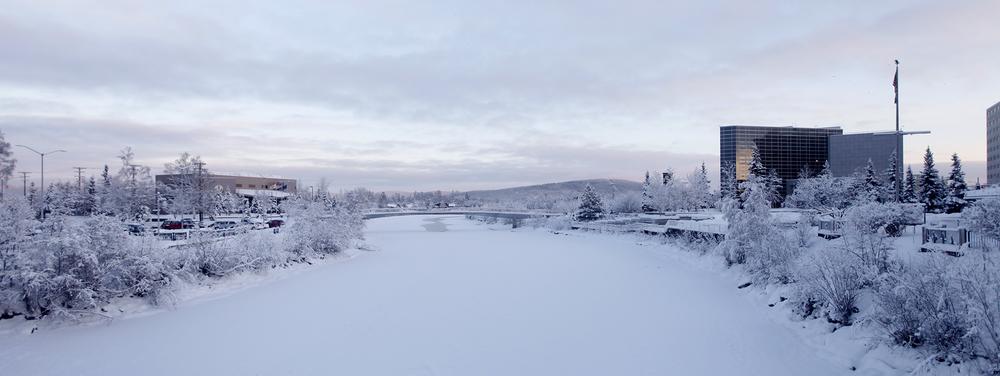 Fairbanks,宾馆门口的一条河,完全被冰雪覆盖,银装素裹,偶尔有一点有水的缝隙冒着蒸汽(点击放大)