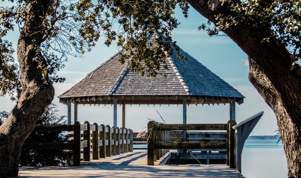 一个栈桥通往这个小亭子,这次不是湖了,是整个港湾,像还一样(点击放大)