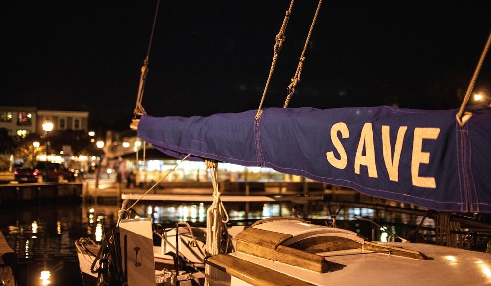 一样的角度,一样的照片,船帆被罩了起来(点击放大)