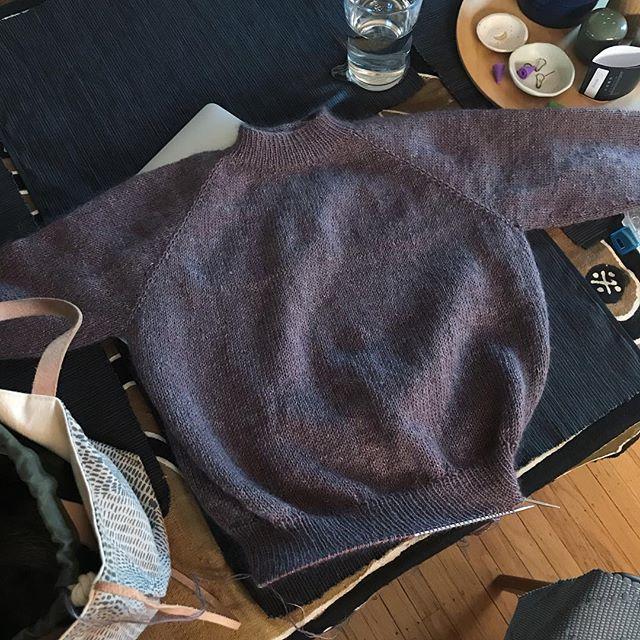 Almost donnnnnne! . #petiteknit #nofrillssweater #jawoll #shibuiknits #ingendikkedarersweater #handknityarnstudio #knitting #knittersofinstagram #yarn #onmyneedles #knitstagram #knittinginspiration #knittingaddict #instayarn #wool #wooladdict #ravelry #knittinglove #instaknit #handknit #knitters #handknitting #iloveknitting #instaknit #knitaddict #strikk #knitlife #handmade #hamont