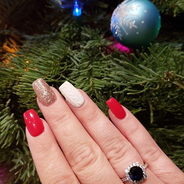 🎅🎄 Tis the season • • Client views @jessnitu • #nailfies#christmas#sweaternails#red#lightelegance#champagne#biochic#holidays#kupaacrylic