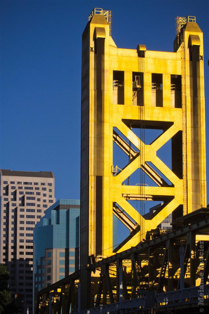 Yes, that bridge, the Tower Bridge of Sacramento, is as gold as it looks on this pic!   Yep, ce point, le Tower Bridge de Sacramento, est aussi doré qu'il en a l'air ici!