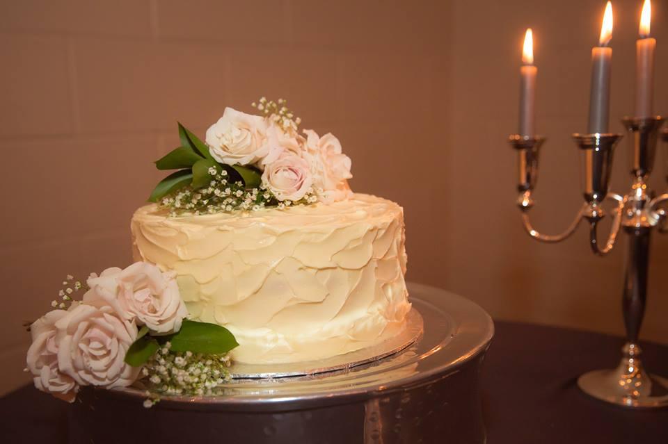 20140816_kacey_and_brydon_simple_wedding_cake_fresh_flowers_art_of_cake_edmonton.jpg