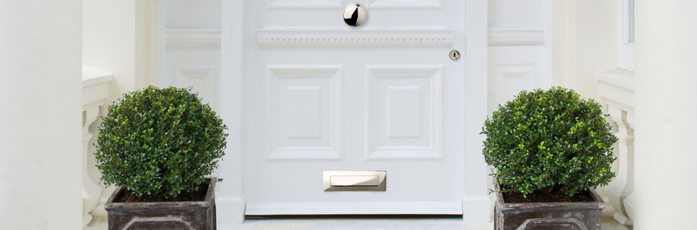 Front_door_with_centre_door_knob.jpg