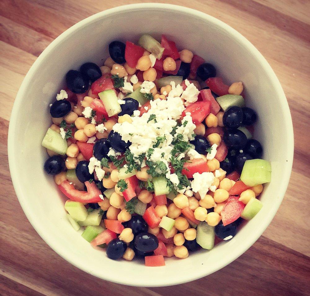 Tomates .Concombre .Pois chiches .Féta .Olives noires .Persil -