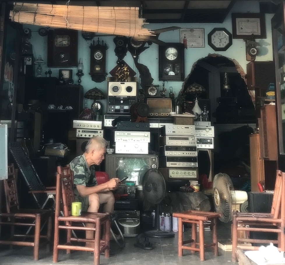 Although it looks like an antique shop, this is a cafe, I still vote for antique store.