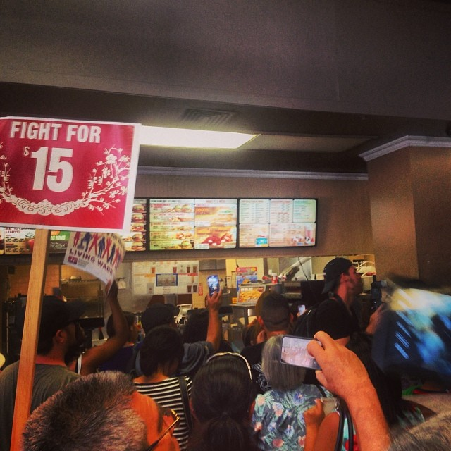 Unionists shut down Burger King on 13th & b'way in #Oakland #2milesoftelegraph
