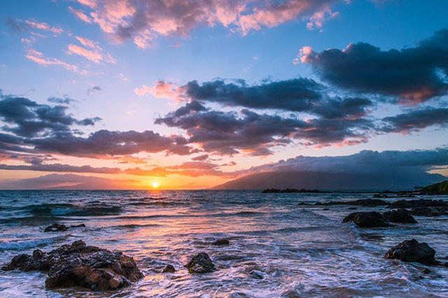 Thinking of all the friends I made in beautiful #Hawaii. What a stunning place - stay safe today in the face of Hurricane Lane  #maui #travel #sunset #islandlife #aloha #ig_sunsetshots ig_sunsets #seascape #beach