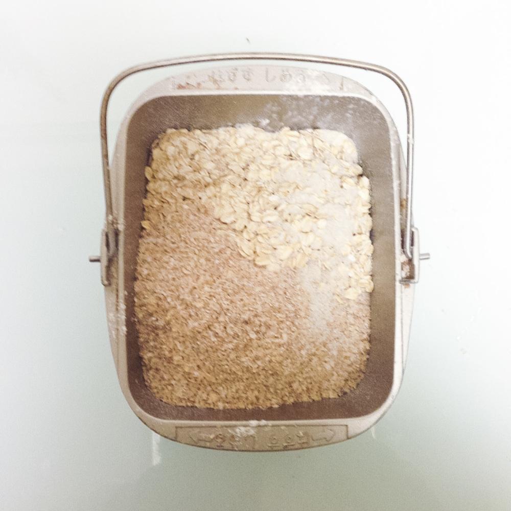 オートミールとブラン(小麦ふすま)を手でひとつかみワシッっと入れます。ファイバーファイバー