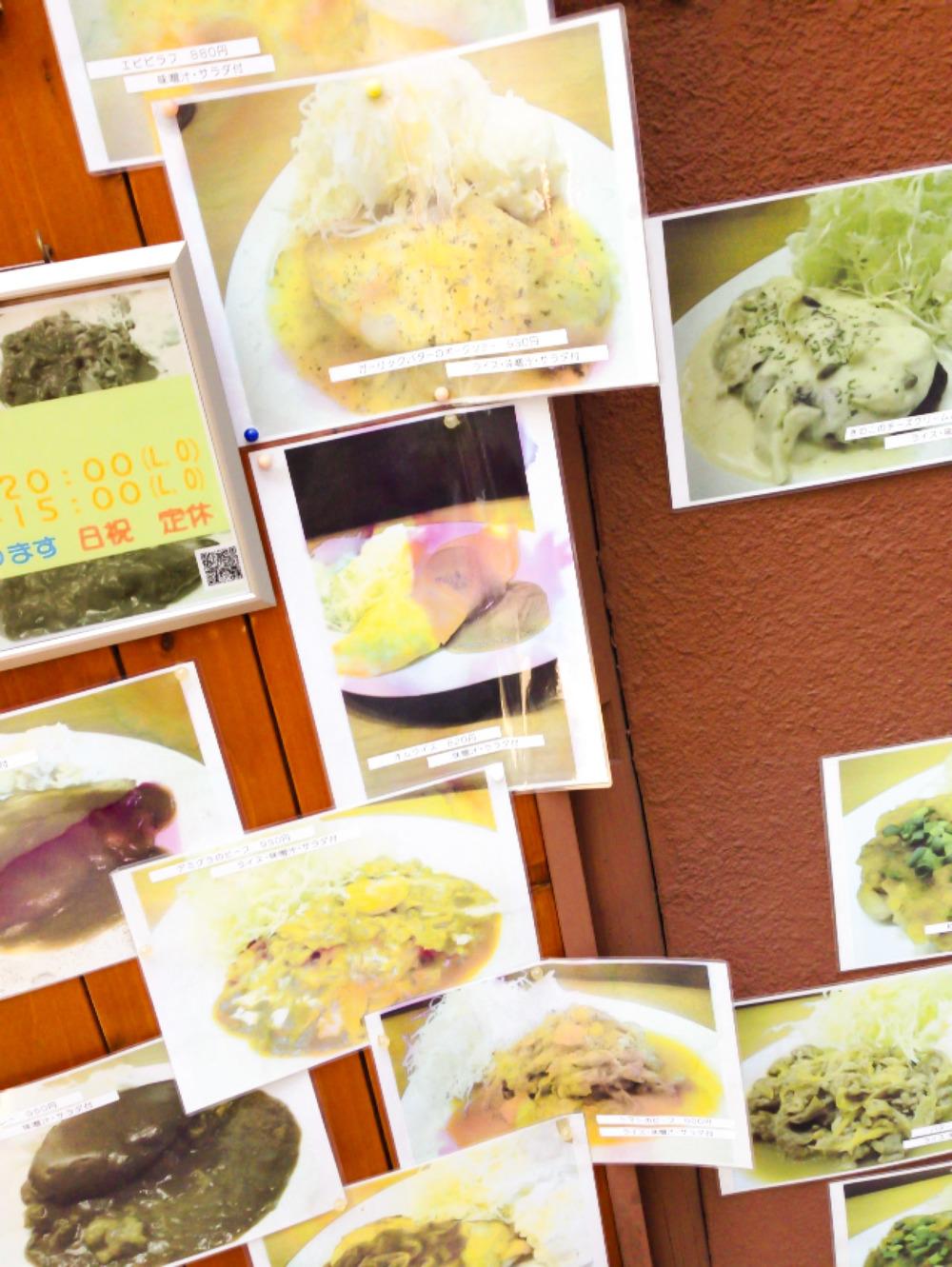Love the way they present the pictures of their menu..  この何年も変えられてないであろう,扉付近に貼られた乱雑なメニュー写真がツボ。とくに赤く滲んだケチャップ!絶妙なシュール感