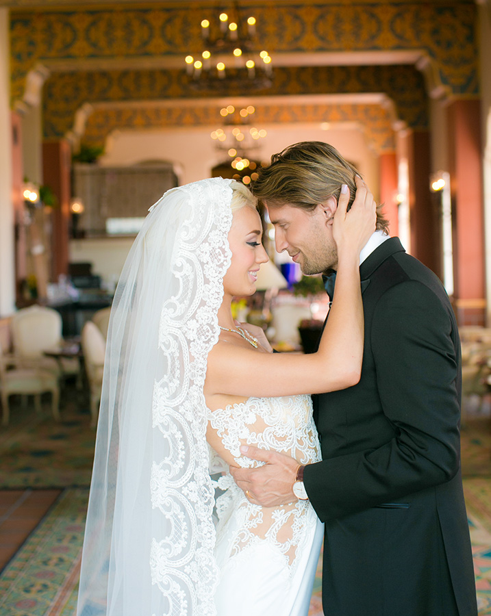 Jana Williams shot this beautiful couple in the foyer o La Valencia.