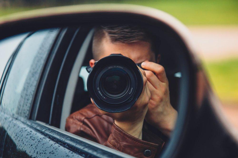 man-hand-camera-car-9637.jpg