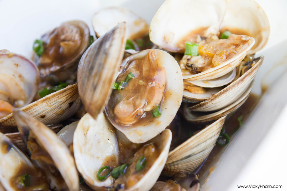 Stir-Fried Clams in Black Bean Sauce (Oc Xao Gung Dau Den)