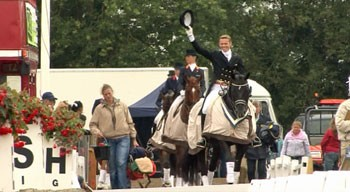 23051_57076_file_eng_A-victorious-Edward-Gal-and-Tortilas-lead-the-way-into-prize-giving-at-Hickstead-09_350_192.jpg