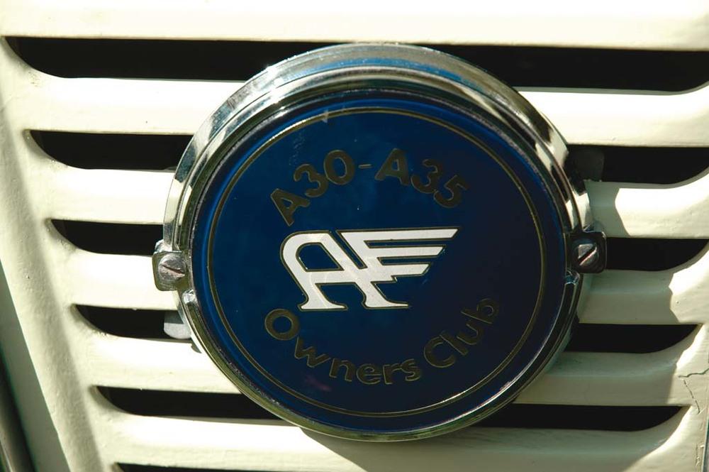 Austin-A35-Vans-gold-badge1.jpg