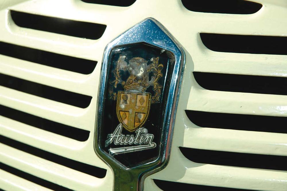 Austin-A35-Vans-gold-badge2.jpg