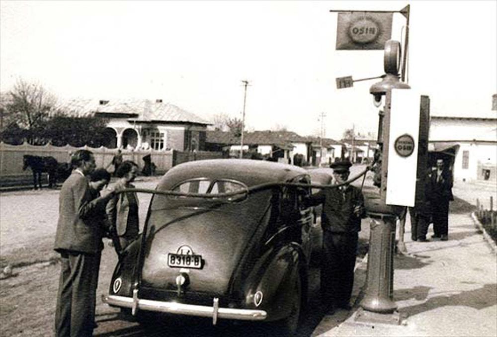 1939_Ford_V8_Fordor_Deluxe_Sedan.jpg