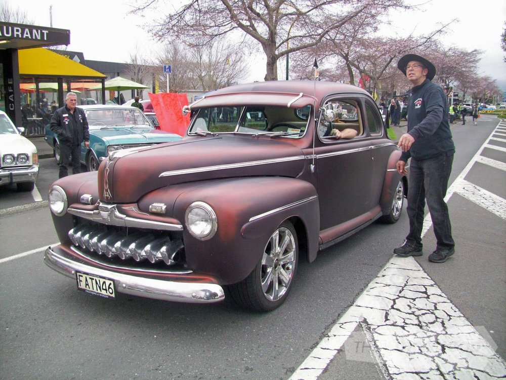 John Julian from Papakura Hot Rod club arriving early and getting directed where to park by SM&C member_.jpg