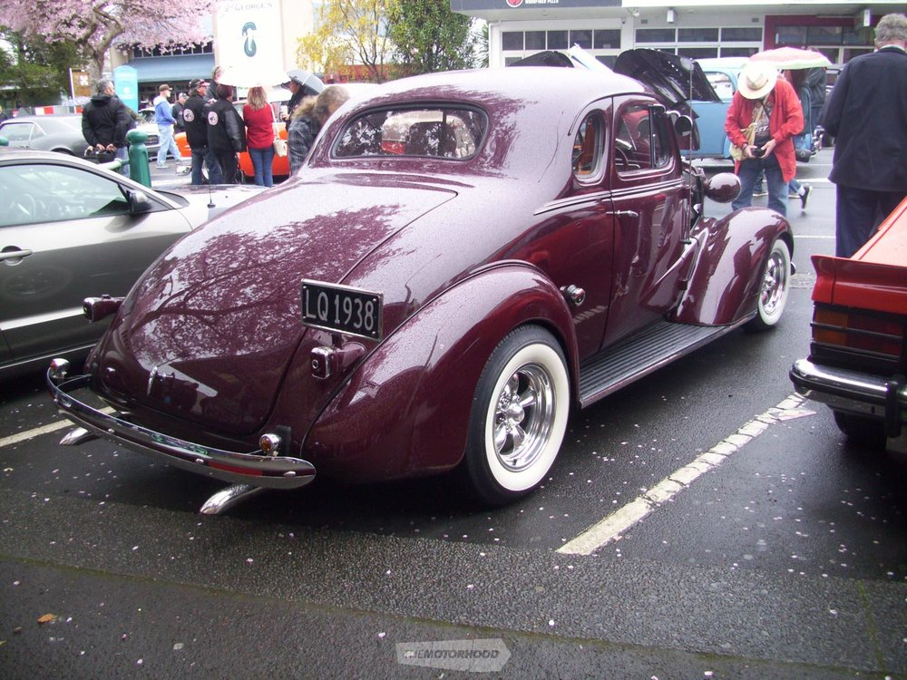 Lots of people were seen taking photos of Stuart & Gaye Andersons pristine 1938 Chev Coupe.jpg