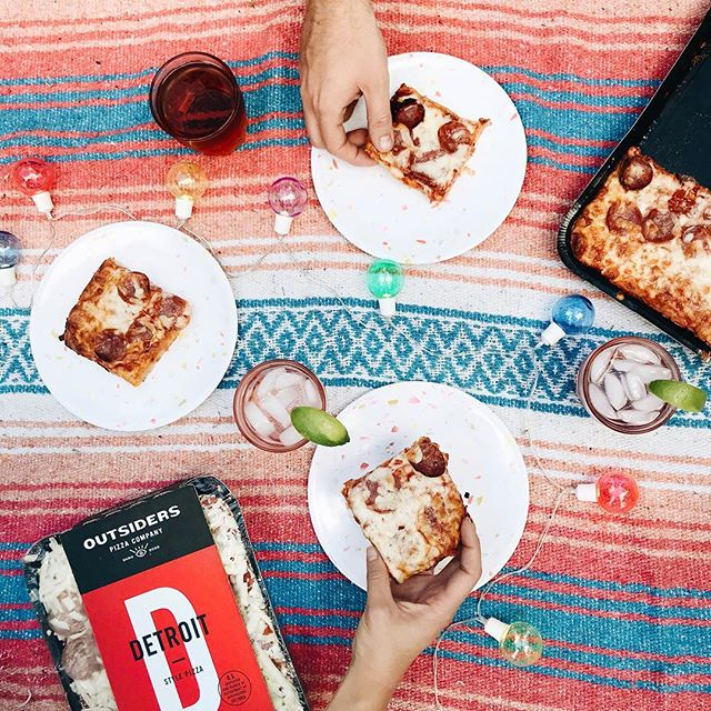 Since I'm going on a trip tomorrow and I'm not going to see @steph_hinrichs & @tuckerfrancis for a while, I volunteered to make dinner tonight! Thanks to @outsiderspizza I threw a little pizza picnic party. I'm a huge frozen pizza fan (Is anyone not? Seriously? Tell me now!) and Detroit style pizza is my fave so I'm really into Outsiders! What's your favorite pizza topping? I'm a black olives & pepperoni kinda gal 💁🏼♀️