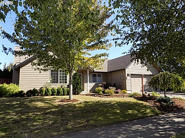Single level with amazing backyard in McMinnville.