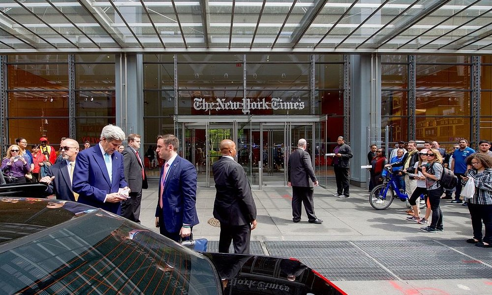 Secretary_Kerry_Confers_With_His_Aide_Following_an_Editorial_Board_Meeting_at_the_New_York_Times_Headquarters_(25978766623).jpg