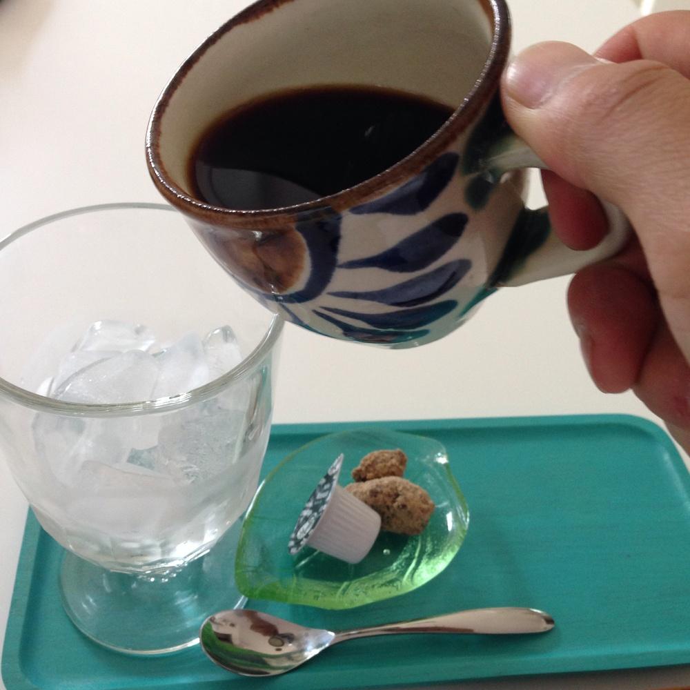 お好みで甘さやミルクを入れて味を調整したら、氷の入ったグラスにコーヒーを。