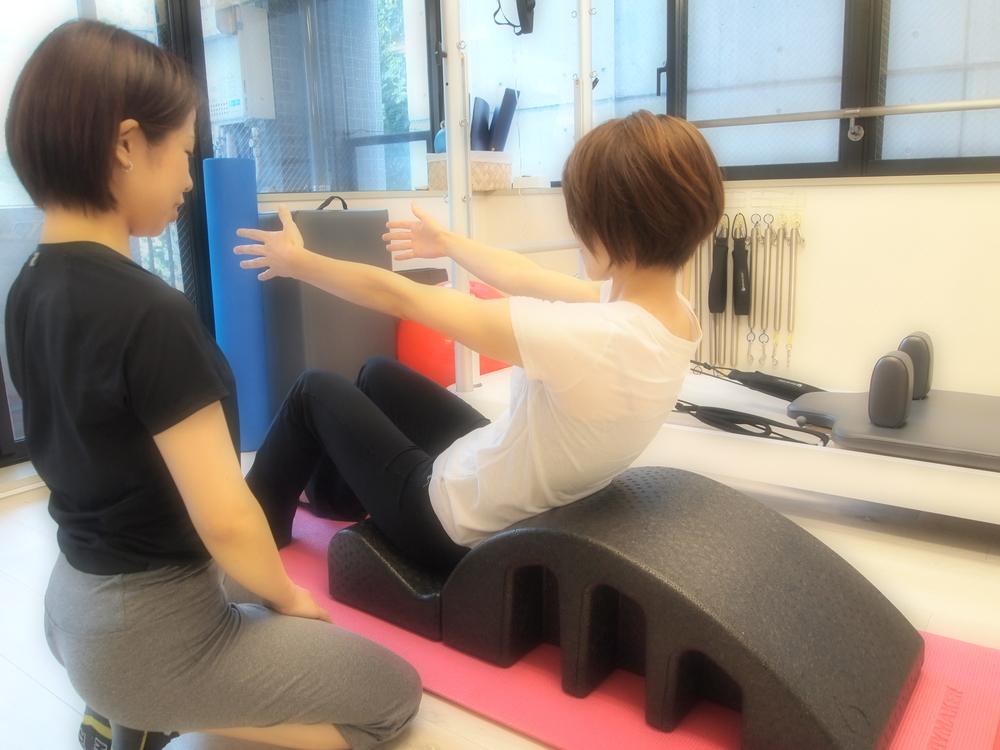 他、非常勤スタッフで女性トレーナーが2名おります。  他スタッフの取得資格 ・理学療法士 ・Polestarピラティスインストラクター etc... 大学病院、整形外科での理学療法士として経験豊富なトレーナーです。プロアスリートへのトレーニング指導やリハビリもおこなっています。 股関節や膝などに痛みや不安がある方でも安心してトレーニング可能です。御相談ください。