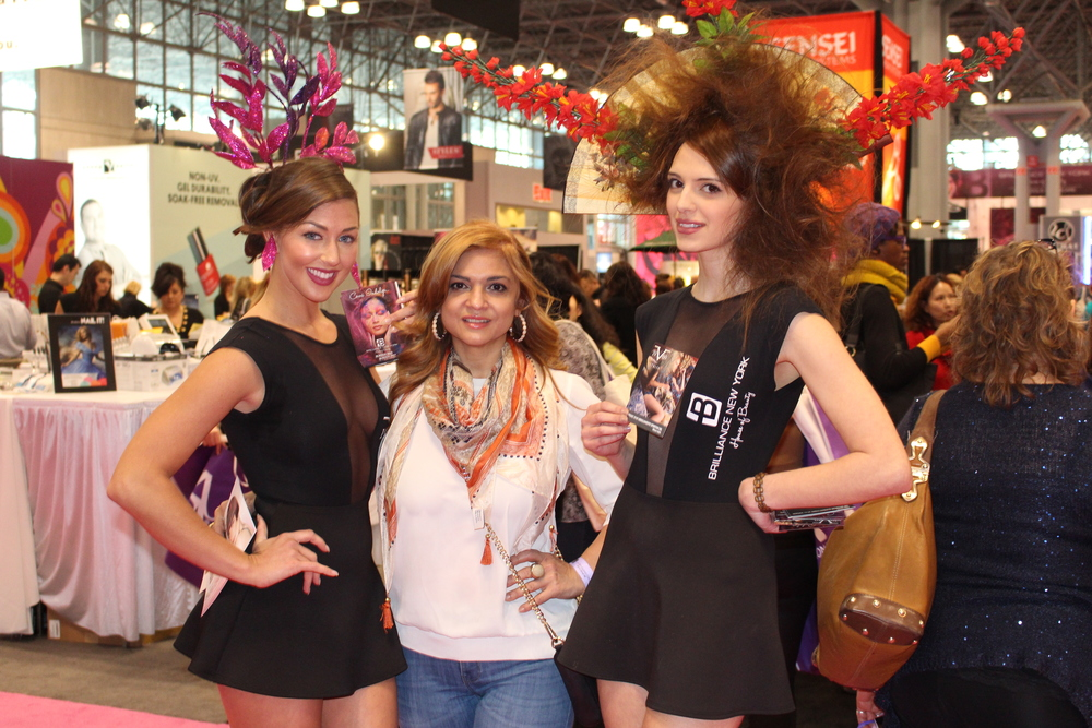 Sonia's posing with two fabulous models at the Ibs show