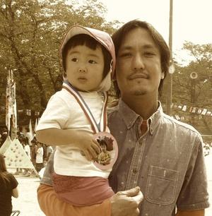 西山 陽 Nishiyama Akira   漆造形作家  1976年福岡生まれ。  東京芸術大学大学院美術研究科漆芸専攻修了。  「器と料理」をキーワードに「うるし」という天然素材の可能性を生かした作品を制作している。  また、様々な文化財の修理にも携っている。  2010年、山梨県上野原市にギャラリーKiKuRaをオープン。若手作家の器や造形作品を常設。   http://kikura.info/