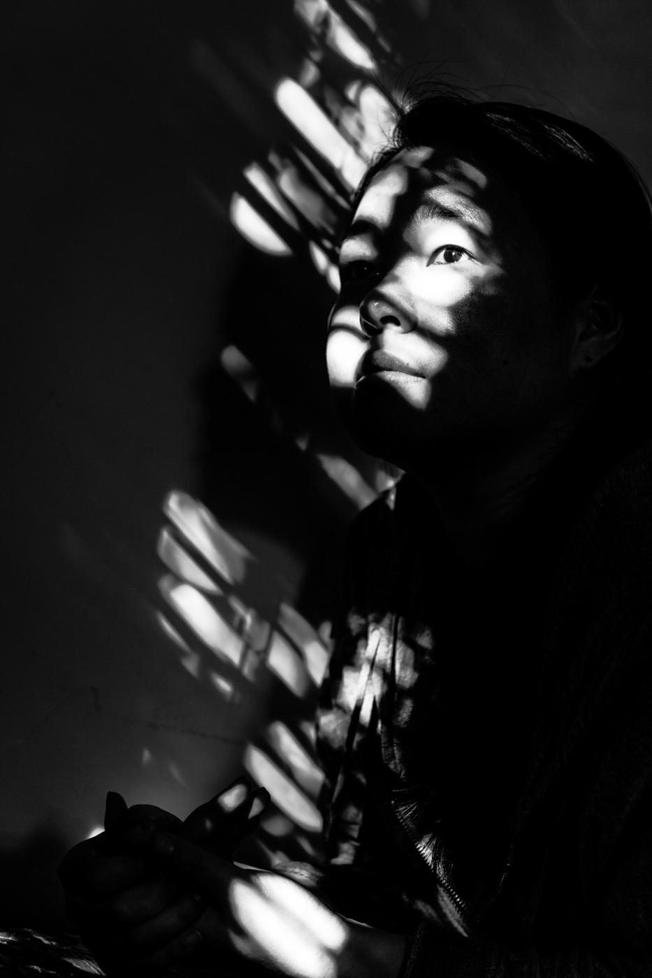 karin kristensen - portret aan het raam