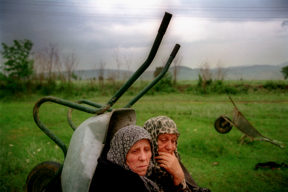 Ethnic Albanian women rest after fleeing bombardment (photo by: Andrew Testa | www.andrewtesta.com)