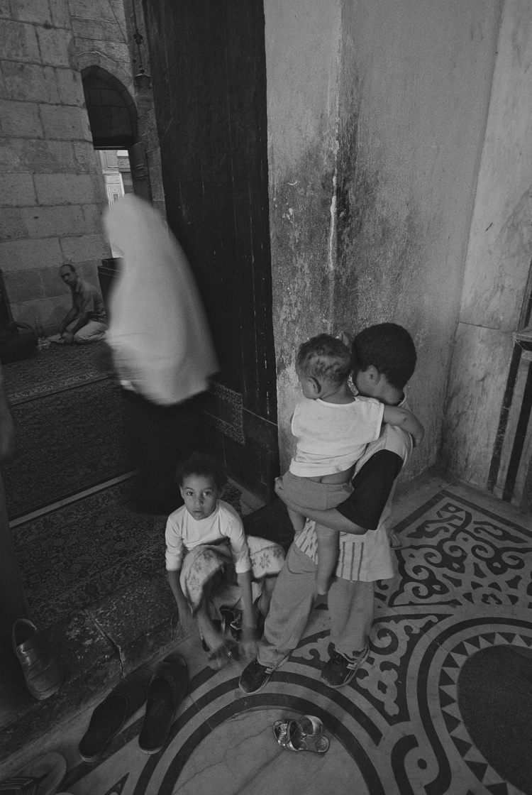 denis-bosnic-cairo-egypt-bw-photography-30.mosque-woman-children-prayer-motion-blur.jpg