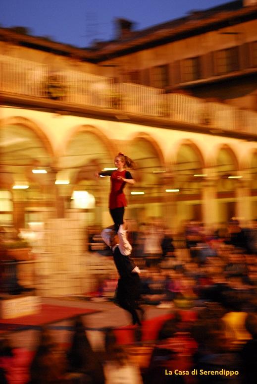 MCF14_sagrato_pubblico e compagnia acrobati.jpg