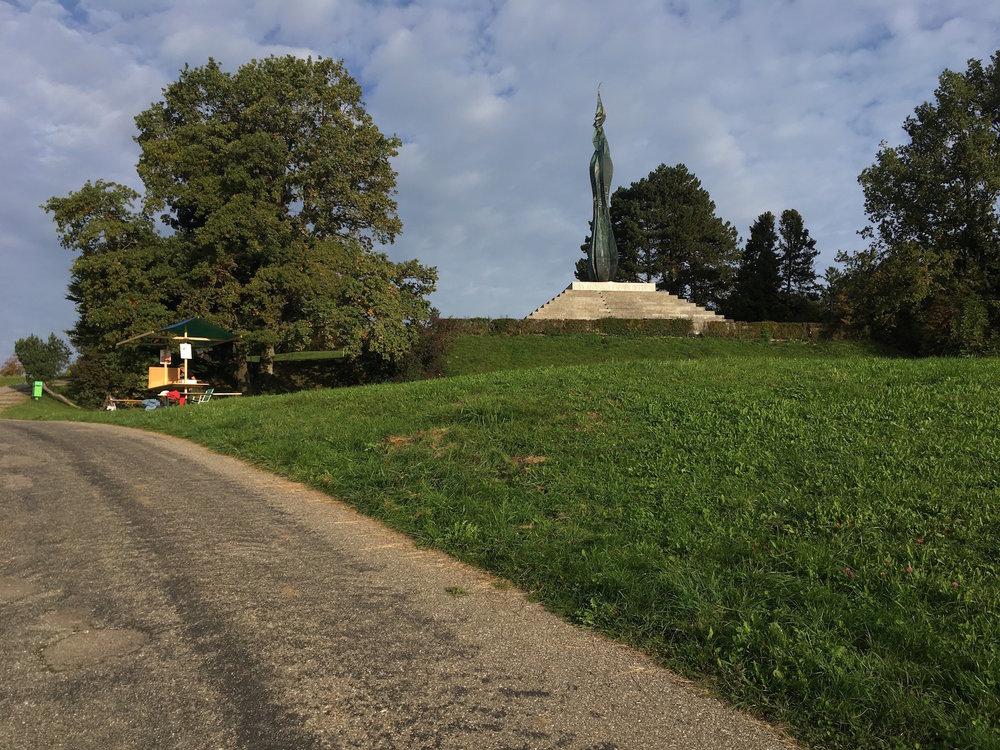 Unser Stand links mit dem Wehrmännerdenkmal rechts oben.