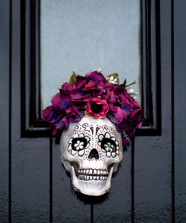 Sztuczne kwiaty zostały przyklejone na czubku głowy czaszki, ale równie dobrze mogłam wywiercić tam otwór i wsadzić w niego piękne sukulenty!