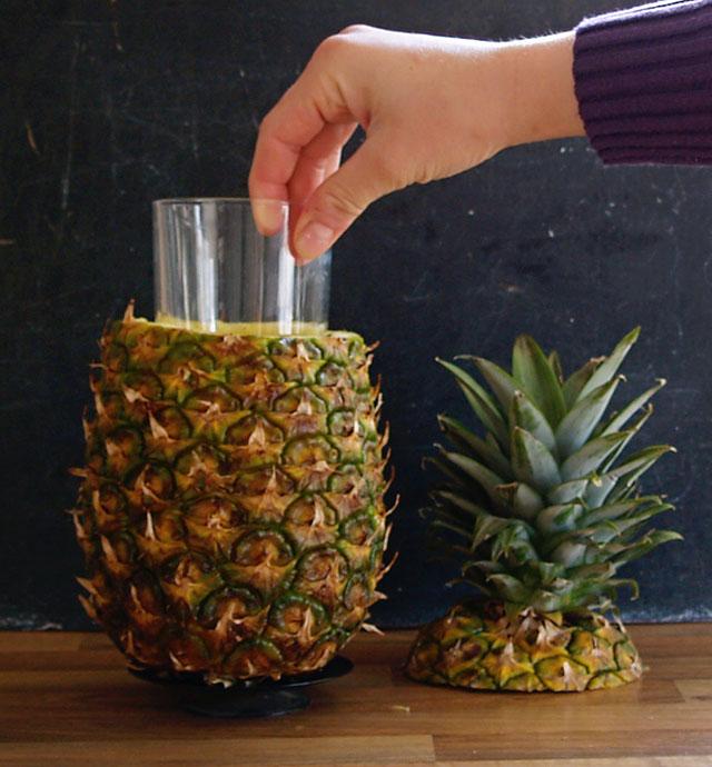 W wydrążony ananas włożyłam szklankę, a dla stabilności nabiłam go na stojak na świeczkę
