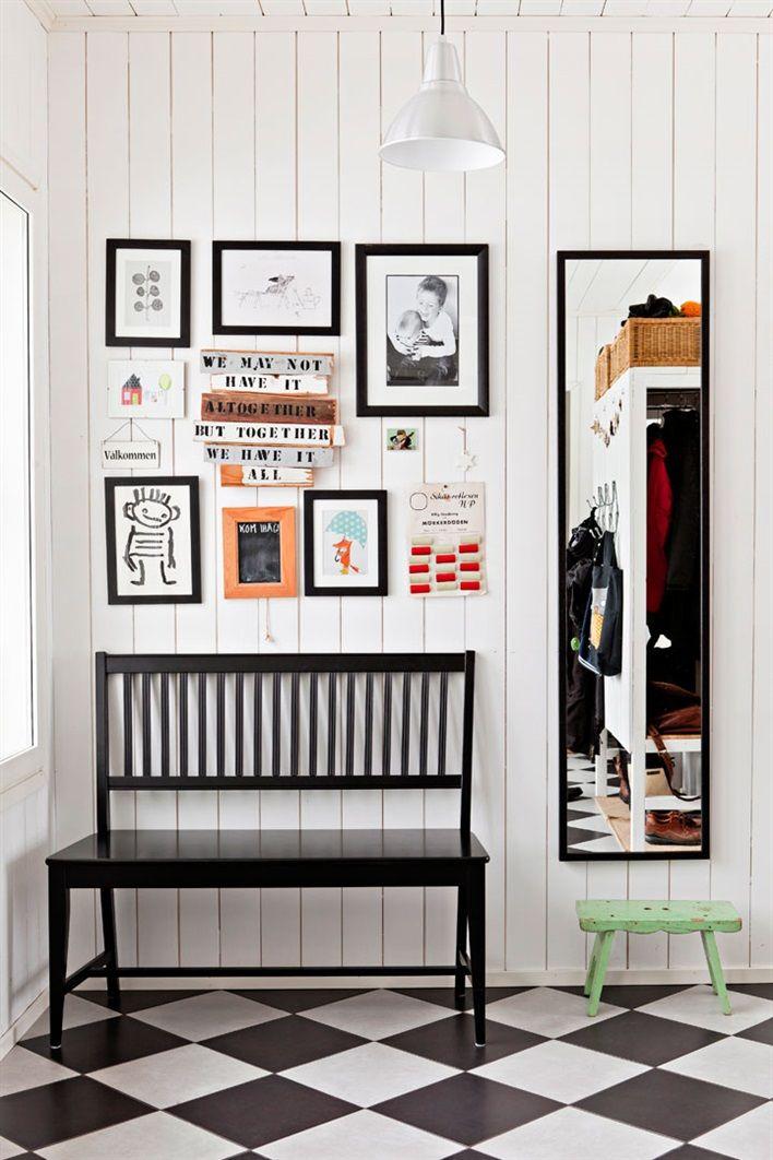 Obrazki dziecka udekorowały ściany w przedpokoju
