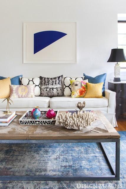 Kolorowe poduszki odzwierciedlają charakter mieszkańców domu