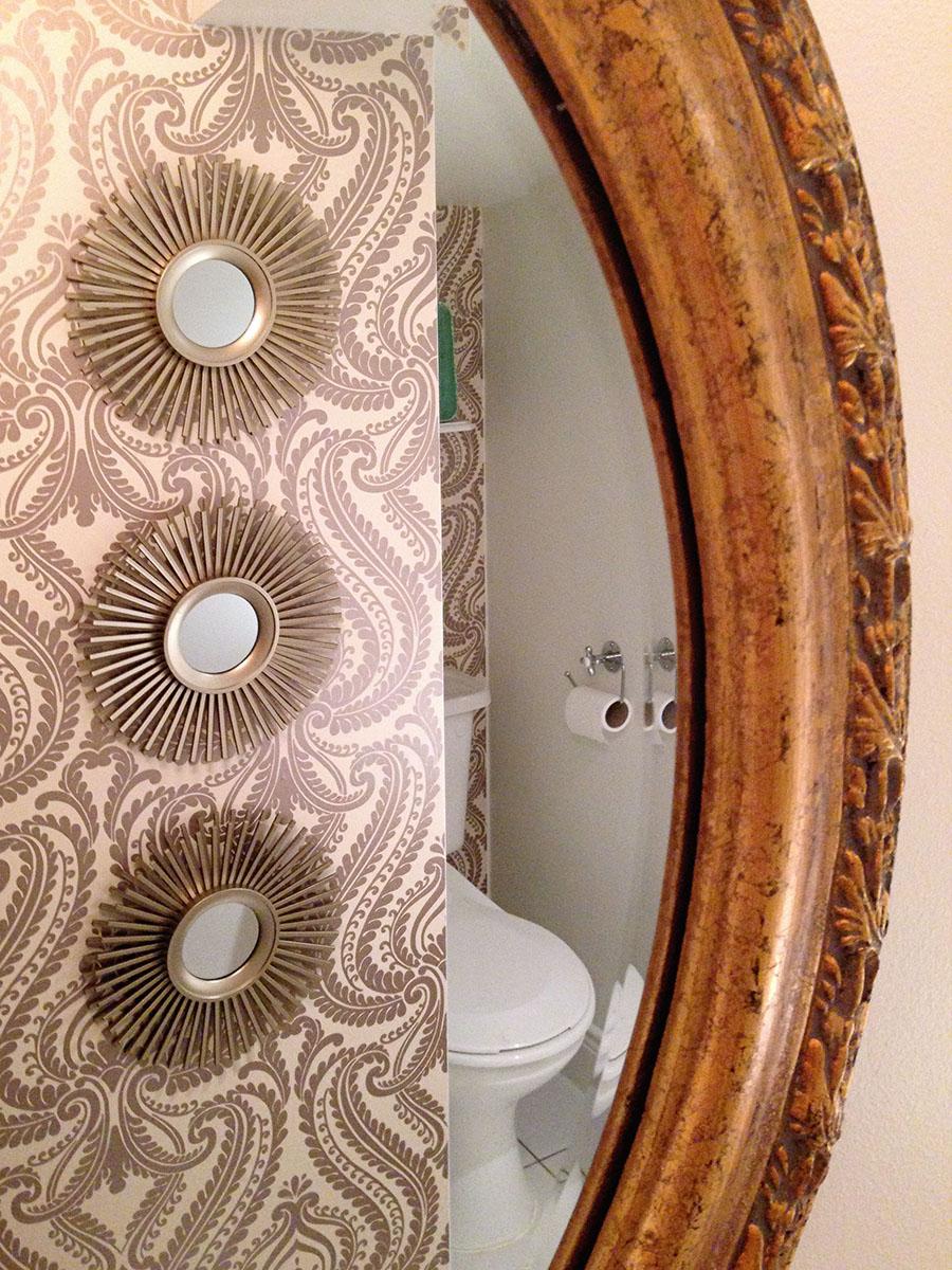 Łazience ciężko zrobić zdjęcia z dwóch powodów - jest naprawdę miniaturowa i brakuje w niej światła dziennego