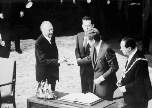 U.S President John F. Kennedy offers Chancellor Konrad Adenauer his personal Meisterstück 149 to sign the Golden Book of the city of Cologne in 1963.