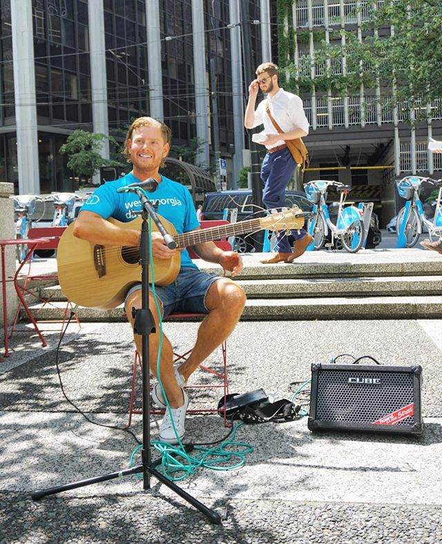 Have you seen the @downtownambassadors  Musical Ambassador out and about? Keep an eye and ear out at the Perches around #DowntownVancouver to catch him playing some tunes! 🎶🎸