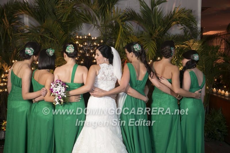 Un Cortejo de FloresFrench en Verde Esmeralda, Dorado y finos toques de Lila para combianar con las pajecitas que tenian flores en blanco, lila y dorado ! simplemente espectacular ! Felicitaciones.