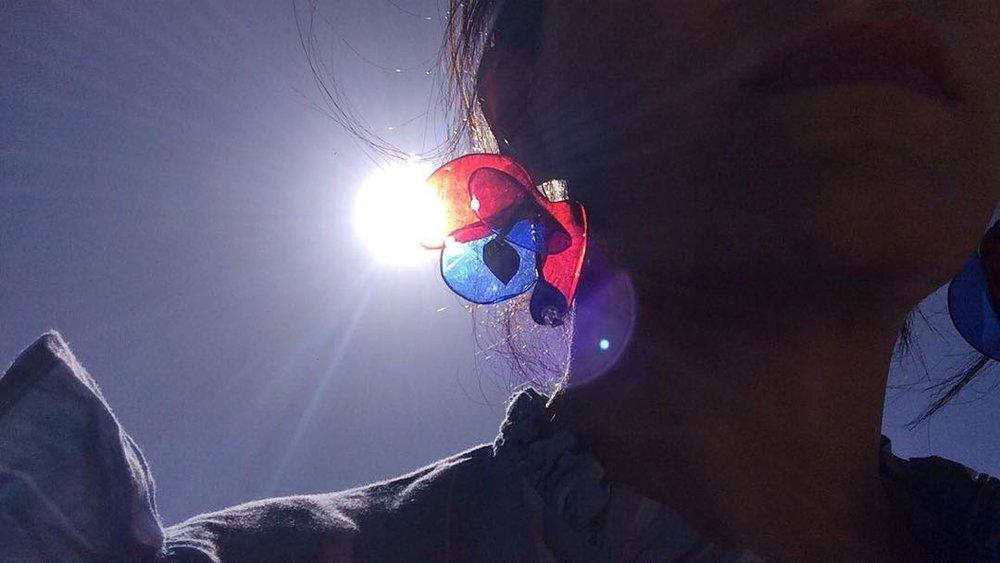 La nueva colección de Primavera Florece con los Pendientes Amapola Multicolor, un proyecto que nace de la idea de hacer REflorecer un material con un nuevo uso, reciclar es crear conciencia y esta es nuestra idea para combatir el fast fashion. Damos vida y uso al plástico, con estos pendientes ligeros como una flor y puedes usarlos en toda ocasión.    Este mes de Junio participaremos en esta nueva edición de @mercadodeDiseño ! Los días 9 y 10 de junio , en el Recinto Ferial de Las Rozas Junto a más de 130 diseñadores con propuestas de joyería, ilustración, decoración, kids…en un espacio único y privilegiado de más de 12.000m2.  Búscanos, síguenos en instagram @charleenhs y participa para ganarte unos pendientes !  TE ESPERAMOS !  HORARIOS EDICIÓN LAS ROZAS  Recinto Ferial Las Rozas s/n  Sábado 11:00 a 22:00 h. Domingo 11:00 a 22:00 h