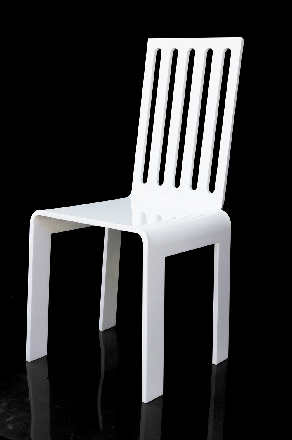 Chaise barreau blanche Fond noir.jpg