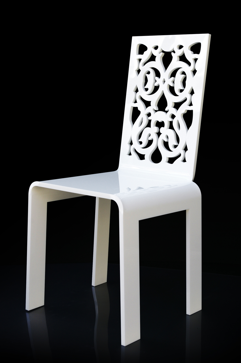 Chaise dentelle blanche Fond noir.jpg