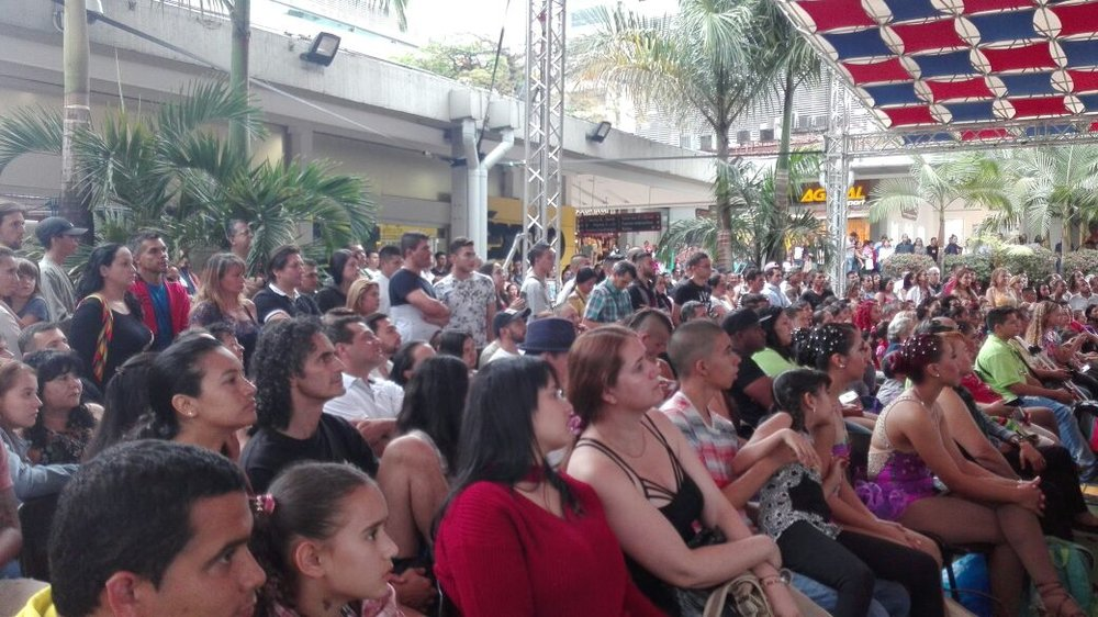 Colombians and foreigners at the La Salsa Se Toma Medellín event at C.C. SANDIEGO