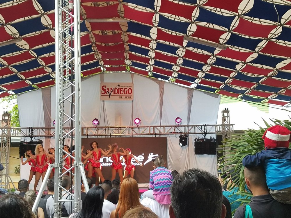 Women's group Salsa performance at the La Salsa Se Toma Medellín event