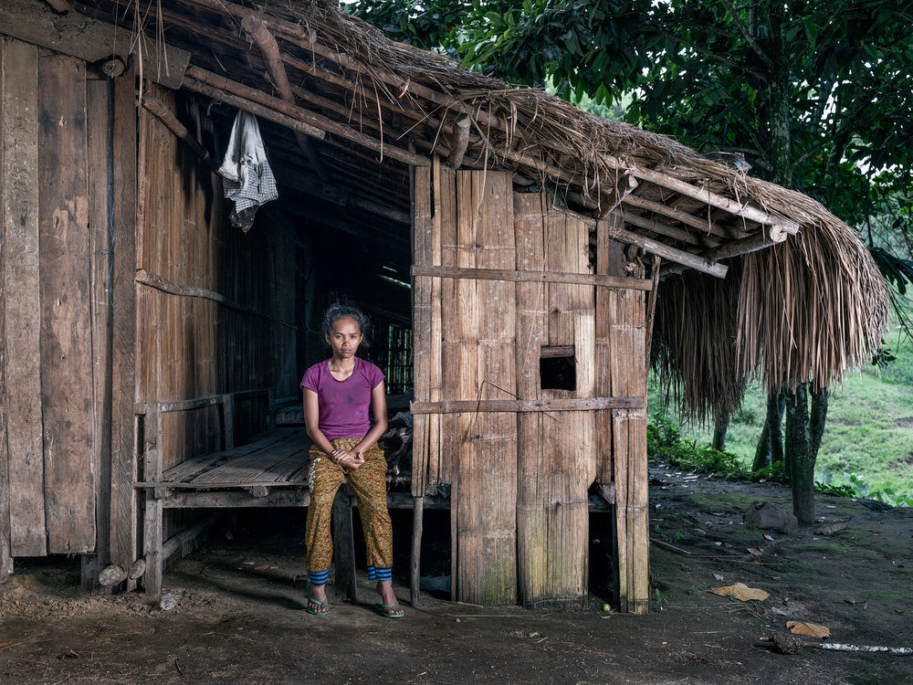 Marivic Danyan outside her father's house © Thom Pierce / Guardian / Global Witness / UN Environment